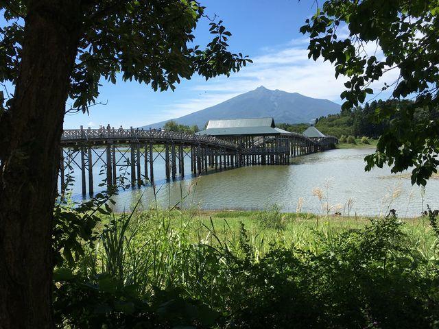 湖畔から橋と岩木山をのぞむ_鶴の舞橋