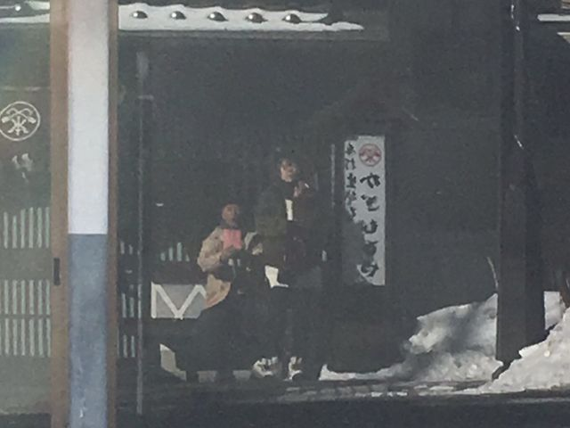 店前の喫煙所。正面の元陶器屋さんの、空きテナントのショウウインドウを利用して反射撮り。_かぎもとや 中軽井沢本店