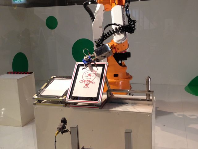 ロボットが絵を描いています_日立シビックセンター