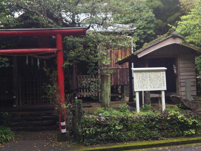 月型の石をみましょ_月山神社