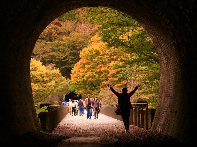 紅葉の頃は、トンネル内からの眺めが絵画のようで綺麗です。_碓氷第三橋梁(めがね橋)
