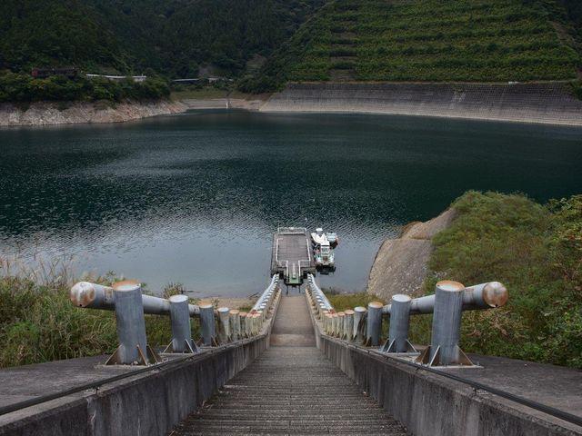 宮ケ瀬湖 遊覧船乗り場の長い階段_宮ヶ瀬湖