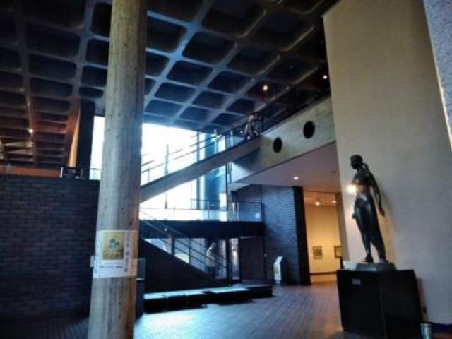 開放的な空間が広がる内部。美術館コンサートが開かれることも。_熊本県立美術館(本館)