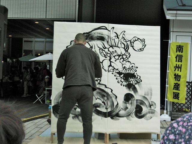 墨絵の龍を描く男性_本町オリベストリート