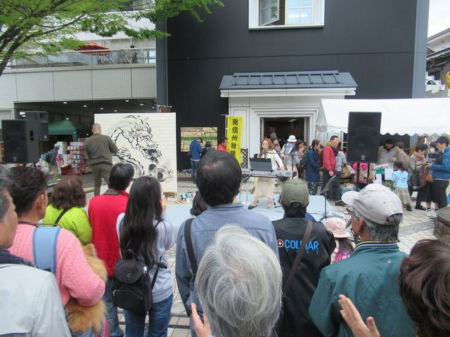 墨絵とコラボのコンサート会場_本町オリベストリート