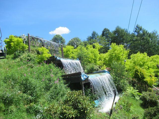 アカシアの杜の中ある涼しげな人工滝の水の流れ_白樺リゾート黄金アカシアの森 展望リフト
