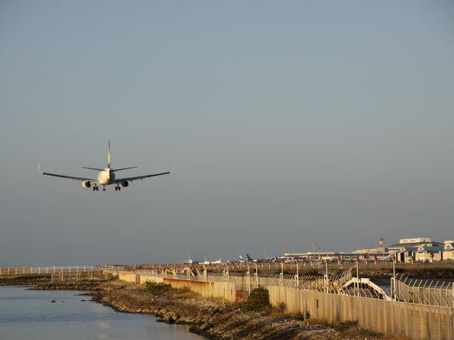 那覇空港に着陸する飛行機_瀬長島