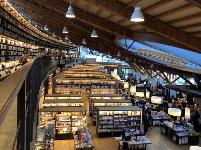 基本撮影禁止なのですが、一階と二階に、写真撮影可能なスポットがあります。_武雄市図書館・歴史資料館