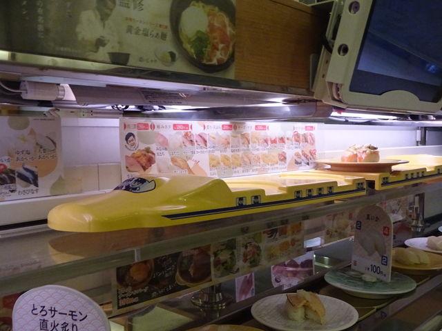 特急列車がオーダーした寿司を運んできます_かっぱ寿司 垂水舞子店