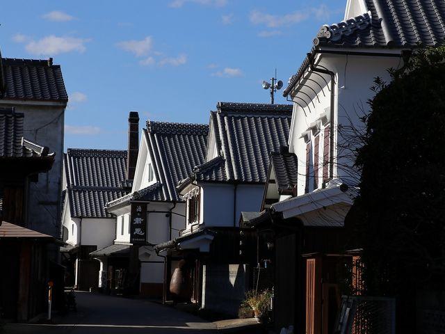 白壁の家が軒を並べています。_肥前浜宿「酒蔵通り」