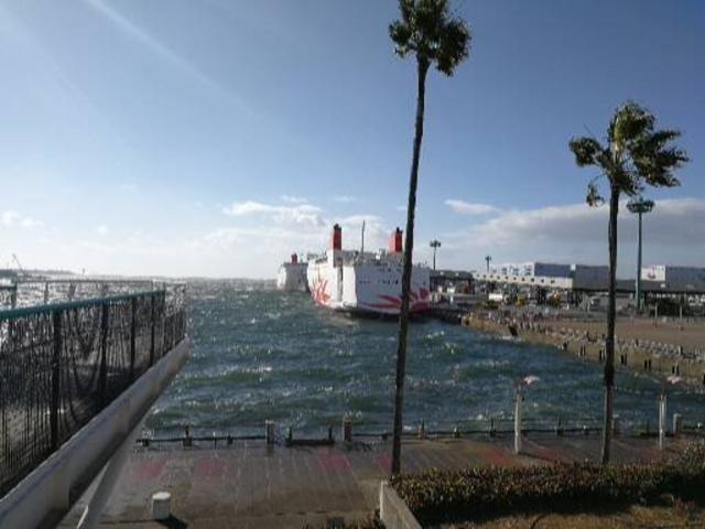 珍しく強い風が吹き込み波が出ています。こんなことは滅多にありません。これで暖かかったです。_ATC(アジア太平洋トレードセンター)
