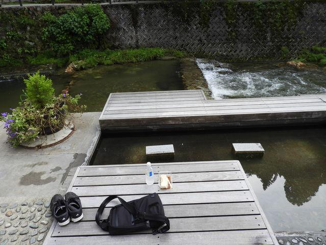 お店前の足湯で_野川とうふや