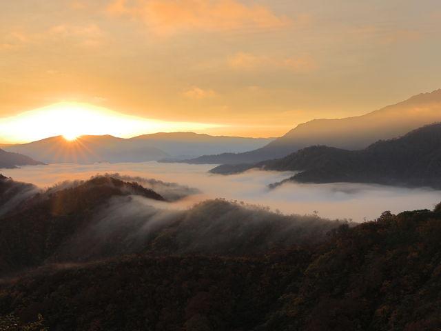 徐々に雲が増え、日の出が眩しい!_枝折峠 雲海滝雲