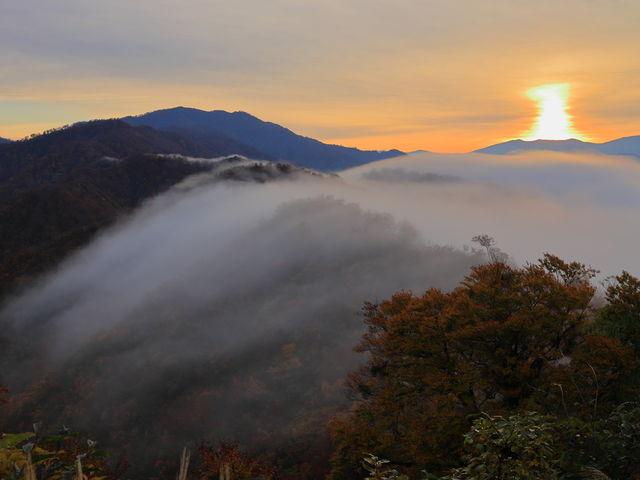 滝雲と成り、太陽が四角? 珍しいね!_枝折峠 雲海滝雲