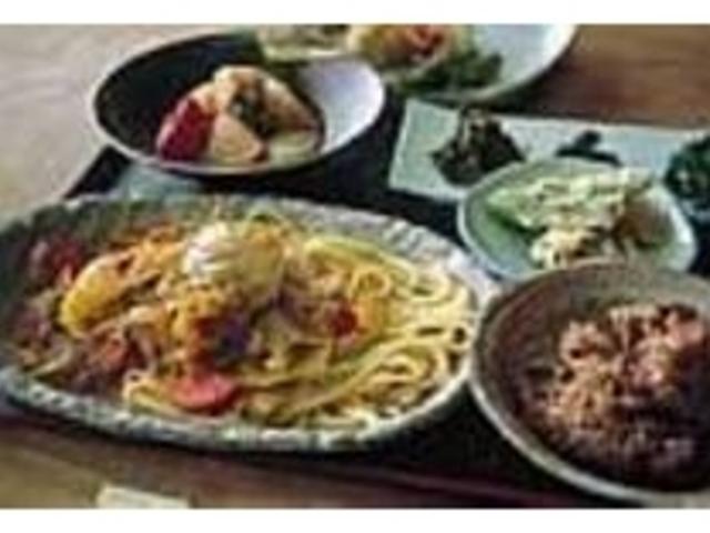 玄米ごはんなど体に優しい料理が並ぶランチ_花福