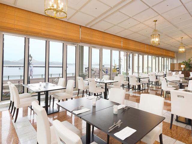 前面ガラス張りのオーシャンビューレストラン「エクセルシオール」_ウォーターマークホテル長崎・ハウステンボス