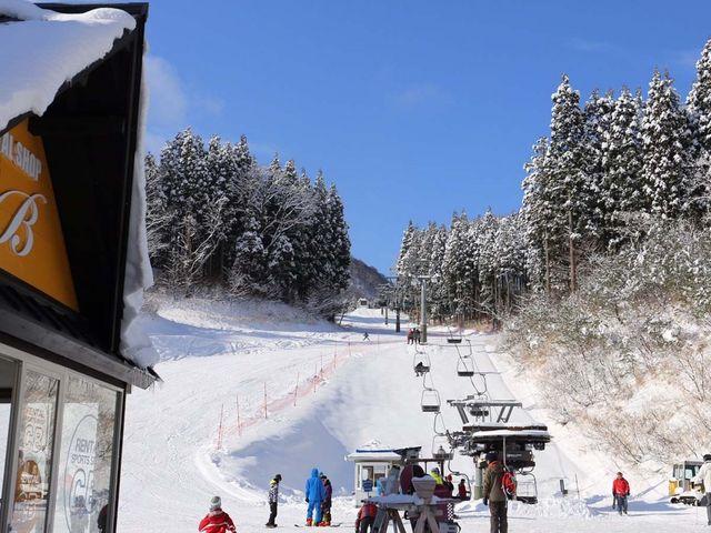 ハチ北高原のレンタルショップ【C,Bショップ】の目の前のリフトです。_ハチ北スキー場 CBレンタル