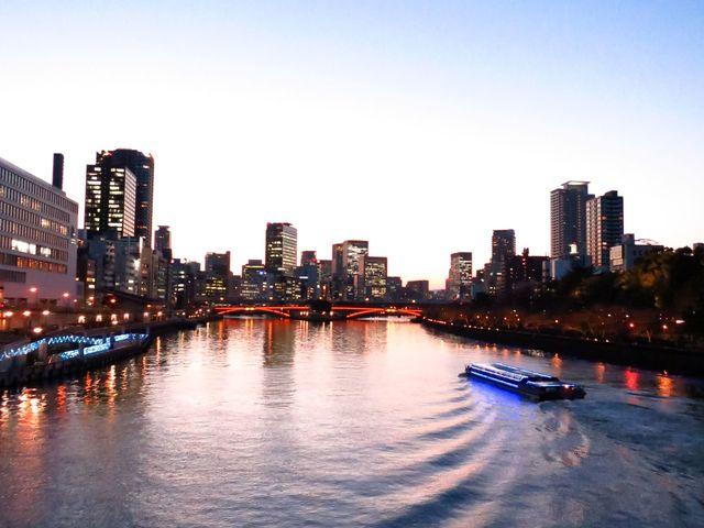 天満橋から見たアクアライナーと中之島_大阪水上バス「アクアライナー」