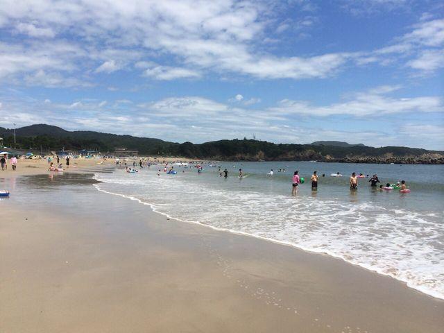 鳥羽のなかでいちばん綺麗な海。砂浜は固めで遠浅が続く波のおだやかなビーチです。岩場もあります。_千鳥ケ浜海水浴場