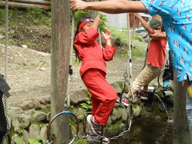 水の上を輪渡り ユラユラして意外と難しいかな 1年生のチビは途中で落ちそうになってました_チビッ子忍者村