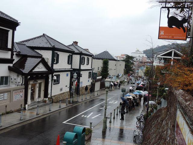 この通りと写真でみて右側の横道に入ると館があります。_北野異人館街