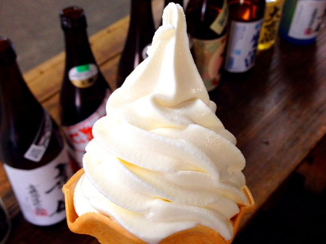地酒ソフトクリーム。試飲は細かくて丁寧に説明していただき、好みのお酒を買うことができました。_肥前浜宿「酒蔵通り」