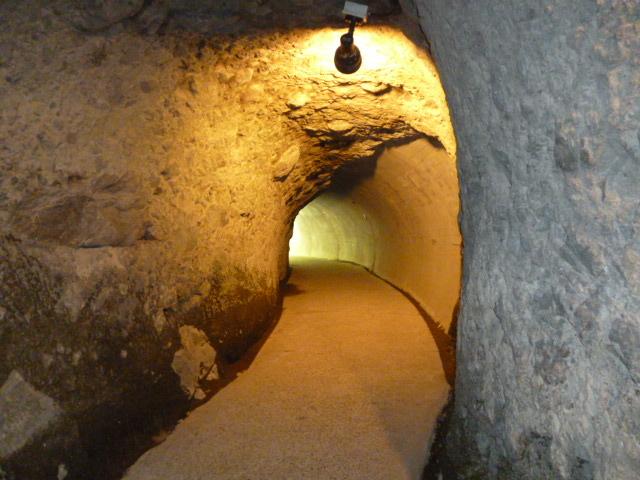 手掘りトンネル_青の洞門