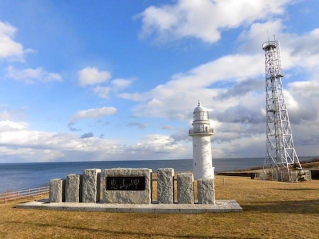 冬の恵山灯台を望む_恵山岬