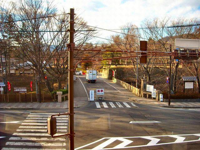 観光案内所から見た上田城跡公園の入口付近です。_上田市観光会館売店