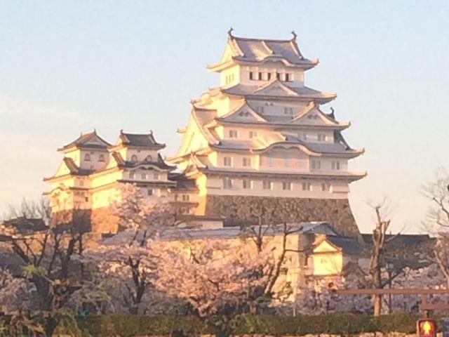西日があたる_姫路城
