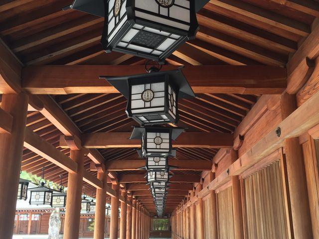 整然と並んだ灯篭がうつくしかった_橿原神宮