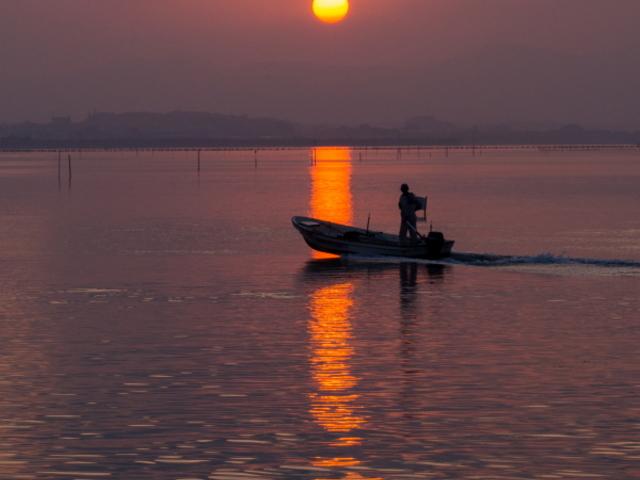 港へ帰る漁船。_弁天島海浜公園