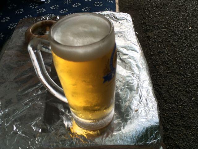 すぐ近くにはビールやゆで卵、鮎など売ってます。ビールは紙コップにも入れてくれます。_伊香保露天風呂