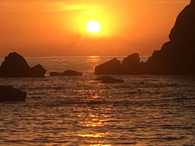 朝日が、あがって、直ぐの写真_橋杭岩