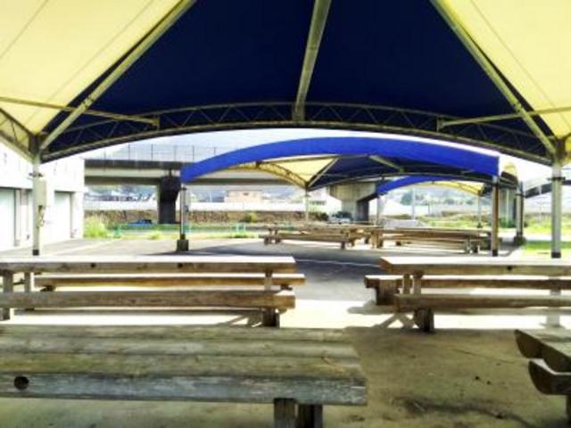 日よけがある休憩所のベンチ_那智海水浴場