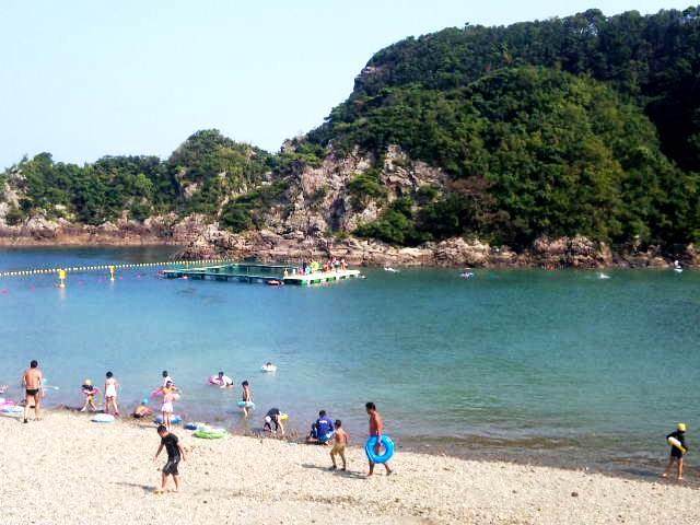 夏にはクジラがいるイケスが設置される_くじら浜海水浴場