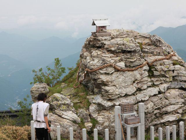 山頂近くの祠と行者さん_剣山