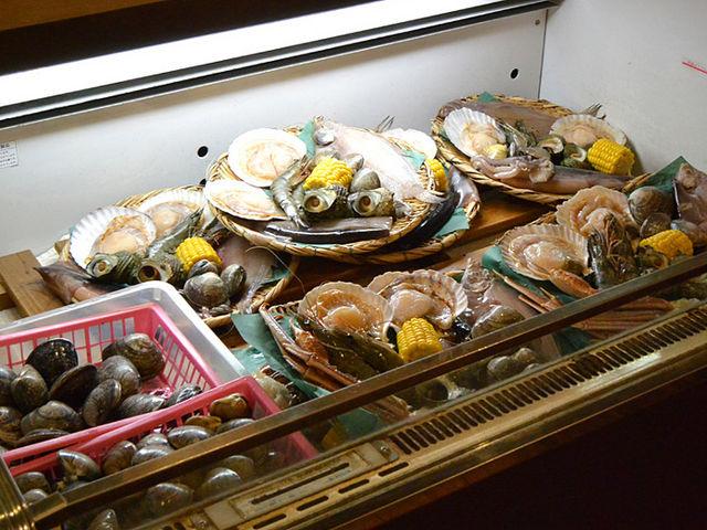 材料を買い、自分で焼いて食べることができます_能登食祭市場