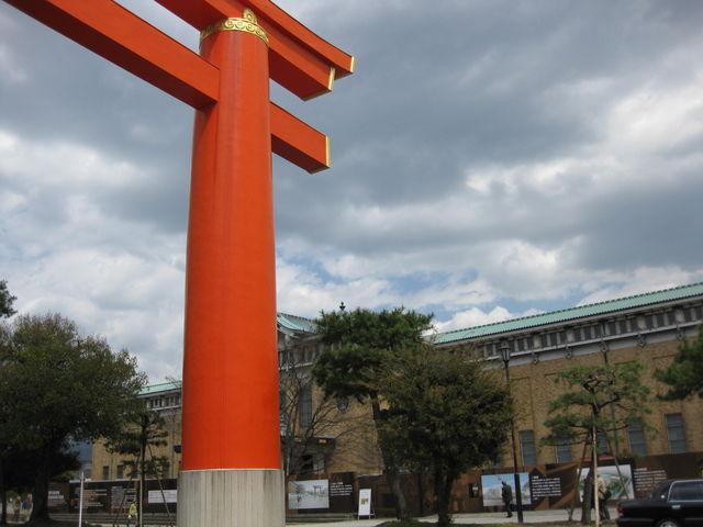公園内にある平安神宮の大鳥居と京都市美術館_岡崎公園
