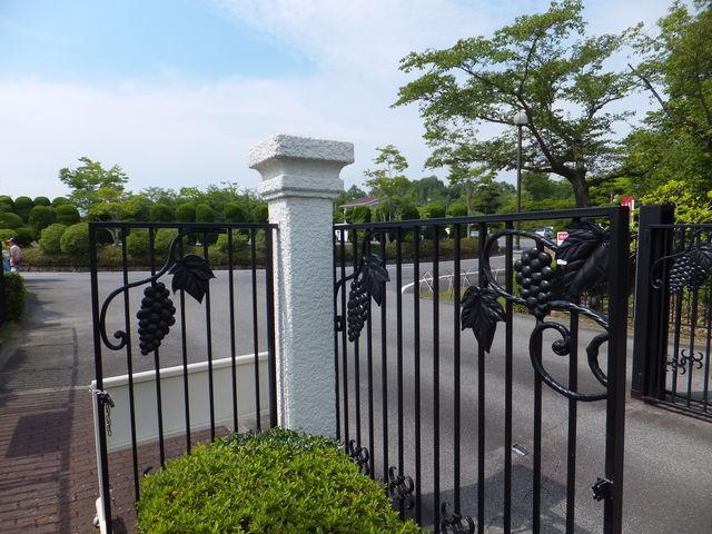 ゲートはブドウをあしらってます_サッポロワイン岡山ワイナリー