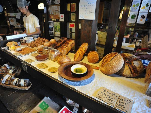 店内に並ぶハード系パン_ルヴァン 信州上田店