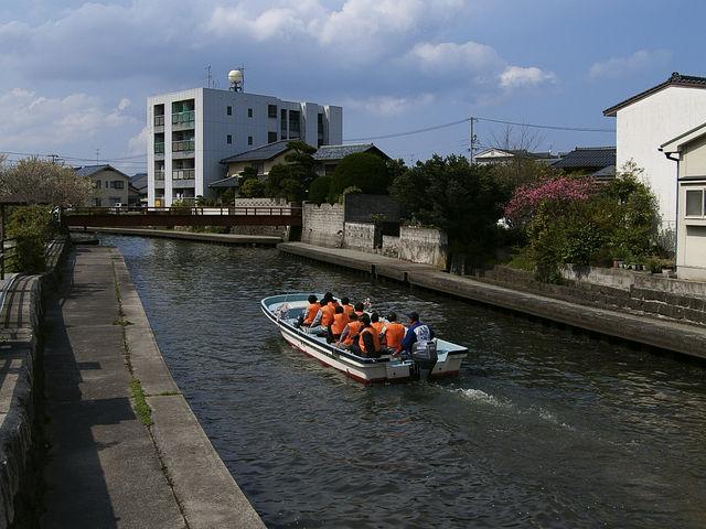 加茂川を通過していく様子です。橋をくぐるのがスリル満点_加茂川・中海遊覧船