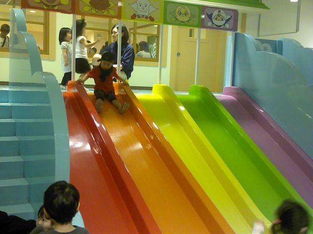 滑り台は少し並んでいます。_神戸アンパンマンこどもミュージアム&モール