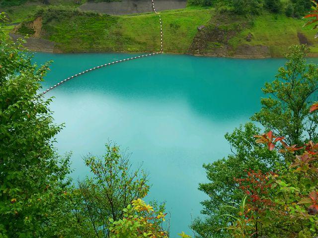 公共温泉施設の前にある、見晴らし台から撮影、これが四万ブルーの美しさ〓_奥四万湖