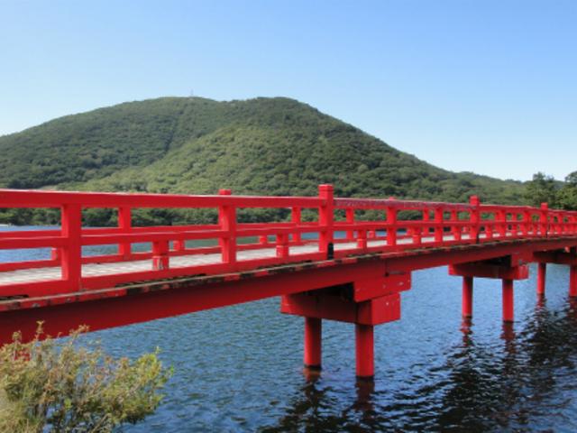 神橋。透明度の高い大沼に映えます。_赤城神社(大沼湖畔)