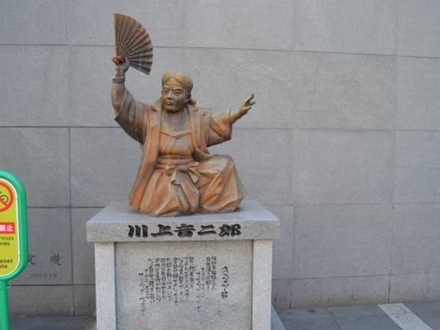入り口には「音二郎像」オペケペー_川端通り商店街
