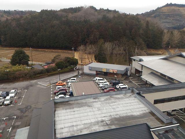 7階の部屋から駐車場の一部_益子館 里山リゾートホテル