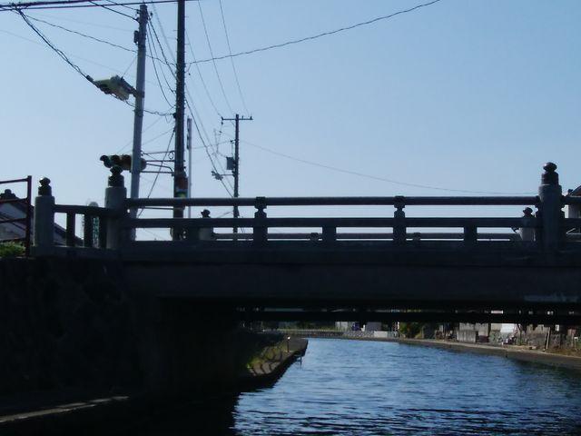 船で橋をくぐります_加茂川・中海遊覧船