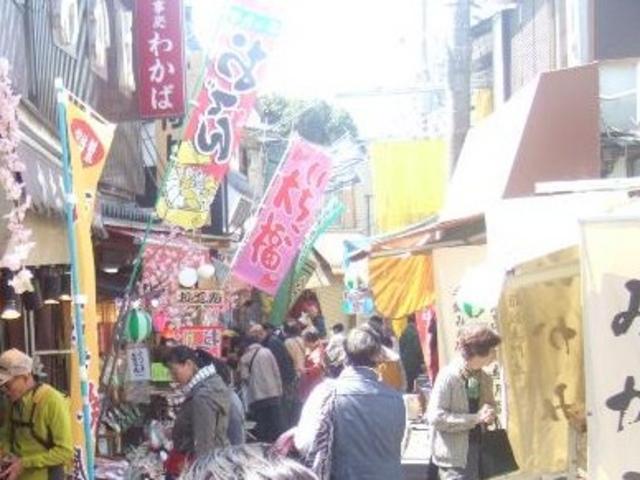 ごちゃごちゃとしたにぎやかな参道です。_石切神社参道