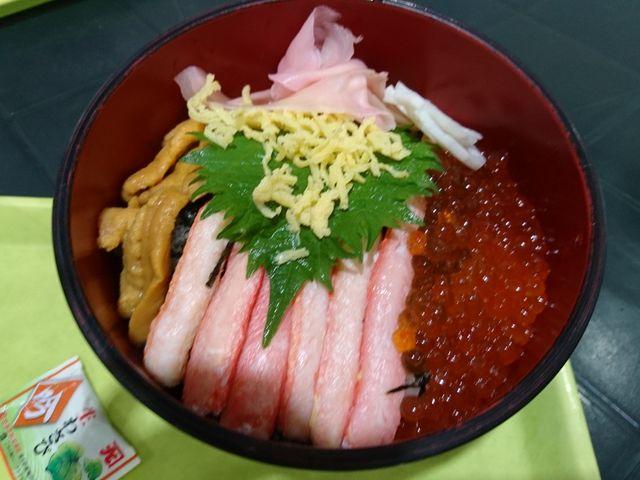 うに、カニ、いくらの3種盛り海鮮丼。_道の駅 うみてらす名立